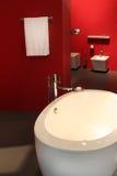 Rotes Badezimmer Stockfoto