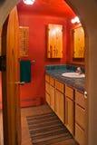 Rotes Badezimmer Stockfotos