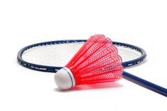 Rotes Badminton Shuttlecock (Piepmatz) und Schläger Lizenzfreie Stockfotos