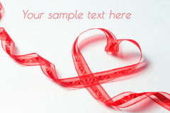 Rotes Band in Form von Herzen mit Strudeln Lizenzfreie Stockfotografie