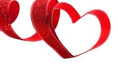 Rotes Band geformt als Herzen auf Weiß Lizenzfreies Stockbild