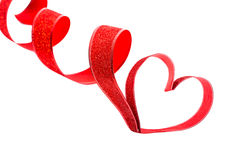 Rotes Band geformt als Herzen auf Weiß Stockfotografie