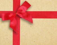 Rotes Band und Bogen auf Weinlese tapezieren Hintergrund Lizenzfreies Stockbild