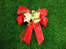 Rotes Band- und Goldglocken ` Weihnachtskonzept ` Lizenzfreies Stockbild
