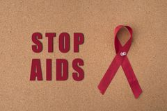 Rotes Bandhilfsband auf Anschlagtafel mit ` Halt unterstützt ` Wort Lizenzfreie Stockbilder