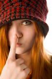 Rotes behaartes Mädchen, das ihre Wekzeugspritze berührt Stockfotos