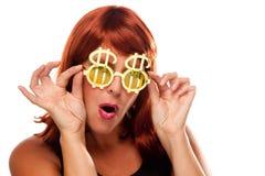 Rotes behaartes Mädchen mit Bling-Bling Dollar-Gläsern Stockbilder