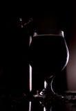 Rotes Bier auf schwarzem Hintergrund mit Blasen Stockbild
