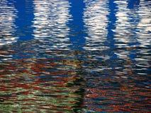 Rotes blaues weißes Farbmuster schimmert und reflektiert sich in den Kräuselungen von Stockbilder