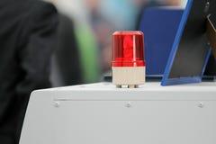 Rotes blinkendes Aufmerksamkeitslicht auf einen Schwerlastwagen Stockbild