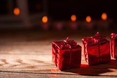 Rotes, blistyaschy Geschenk Stockfotografie