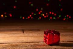 Rotes, blistyaschy Geschenk Lizenzfreie Stockfotos