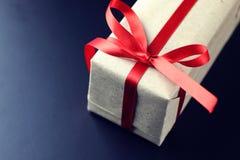 Rotes Bogenschwarzes des Geschenks Stockbild
