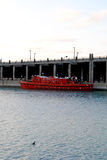 Rotes Boot auf dem Wasser Lizenzfreies Stockfoto