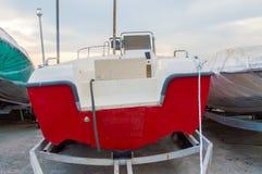 Rotes Boot auf einem Schlepper Lizenzfreie Stockfotos