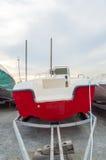 Rotes Boot auf einem Schlepper Stockbild