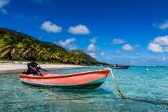 Rotes Boot, blauer Himmel stockfotos