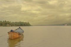 Rotes Boot in Mangalur Stockbilder
