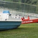 Rotes Boot mit weißem Zeichen Lizenzfreies Stockfoto