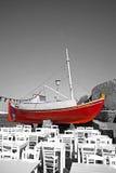 Rotes Boot und Terrasse Stockfotos