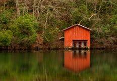 Rotes Bootshaus über Desoto-Fällen Lizenzfreie Stockfotos