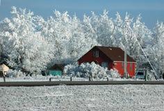 Rotes Bretterbude auf Datenbahn im Winter lizenzfreie stockfotografie