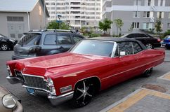 Rotes Cadillac im Yard Lizenzfreie Stockfotos