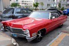 Rotes Cadillac im Yard Stockfotografie