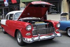 Rotes Chevrolet, 1955 mit einer offenen Haube Stockbilder