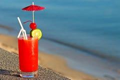Rotes Cocktail auf Wasserhintergrund Stockfotografie