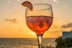 Rotes Cocktail - Getränke an Sonnenuntergang-Curaçao-Ansichten Lizenzfreies Stockfoto