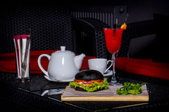 Rotes Cocktail, Kessel und Burger Stockbild