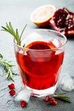 Rotes Cocktail mit Blutorange und Granatapfel Auffrischungssommergetränk Feiertagsaperitif für Weihnachtsfest Stockfotografie
