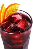 Rotes Cocktail mit Eis und Orange in einem Glas auf einer lokalisierten weißen Hintergrundnahaufnahme stockbild