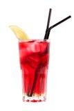 Rotes Cocktail mit Erdbeere und einem Kalk Lizenzfreies Stockbild