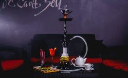 Rotes Cocktail mit Kessel, Burger und Huka Lizenzfreie Stockfotos