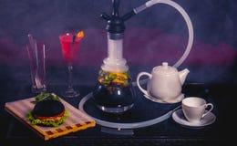 Rotes Cocktail mit Kessel, Burger und Huka Lizenzfreies Stockbild