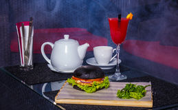 Rotes Cocktail mit Kessel und Burger Stockfoto