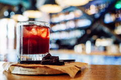 Rotes Cocktail mit Schokolade stockbilder