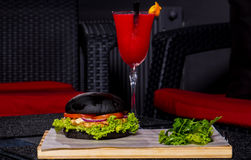 Rotes Cocktail und Burger Stockbild