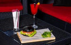 Rotes Cocktail und Burger Lizenzfreies Stockfoto