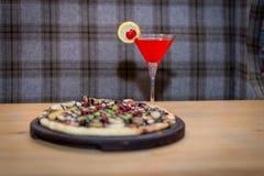 Rotes Cocktail und die süße Pizza Lizenzfreies Stockbild