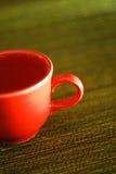 Rotes Cup auf einem grüne Tabellen-Tuch Lizenzfreie Stockbilder