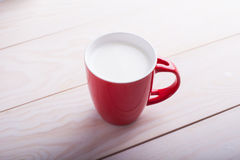 Rotes Cup Milch Lizenzfreie Stockfotos