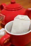 Rotes Cup und Teekanne lizenzfreie stockfotos