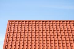 Rotes Dach der Metalldeckung auf dem Himmelhintergrund Lizenzfreies Stockbild