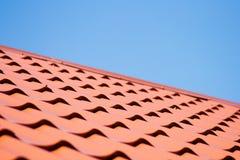 Rotes Dach der Metalldeckung auf dem Himmelhintergrund Stockbild