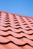 Rotes Dach der Metalldeckung auf dem Himmelhintergrund Lizenzfreie Stockbilder