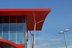 Rotes Dach des modernen Gebäudes Lizenzfreie Stockbilder