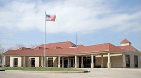 Rotes Dach-Gebäude mit Markierungsfahne Lizenzfreies Stockfoto